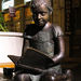 Olvasó gyerek szobor