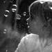 Kislány buborékokkal