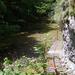 Sziklába erősített átjáró a Vargyas patak fölött