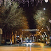 Karácsonyi fények kocsiablakon át