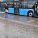 Sártenger a buszmegállóban