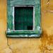 Viseltes vakolat zöld ablakkal